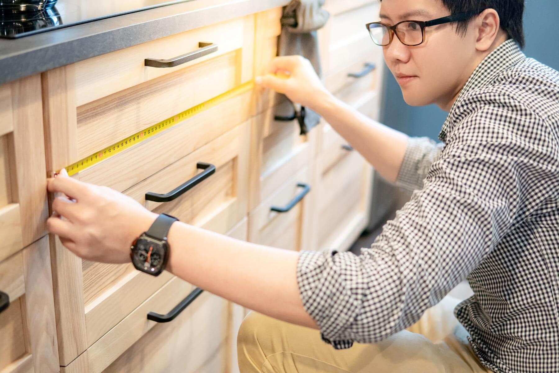 AdobeStock_Asian_Guy_Measuring